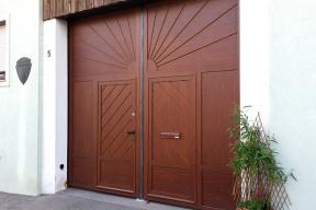 Garagentore Zweifluegeltore Aluminium klassisch Holzstruktur Sonne